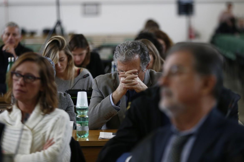 L'udienza di ieri del processo bis nell'aula bunker di Rebibbia. Al centro: il padre di Stefano Cucchi, Giovanni