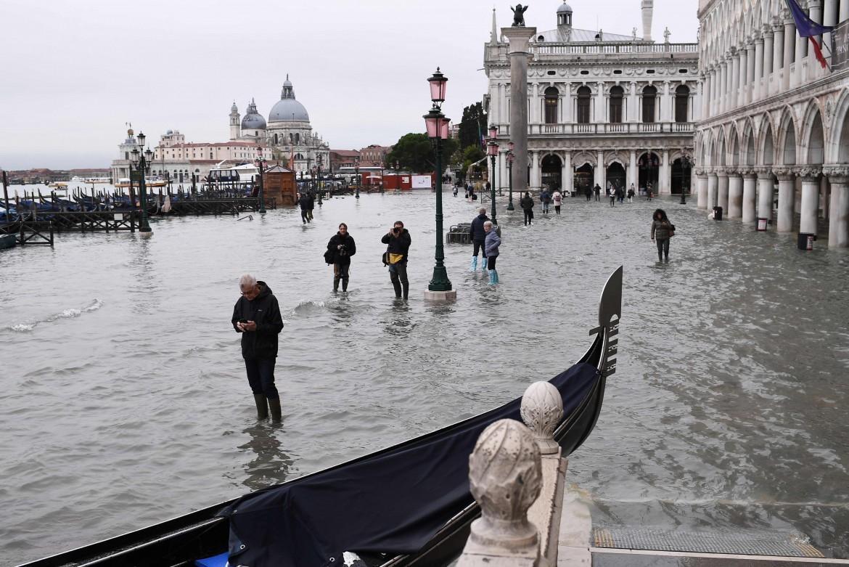 Venezia, una gondola incagliata sull'argine alluvionato  di Riva  degli Schiavoni