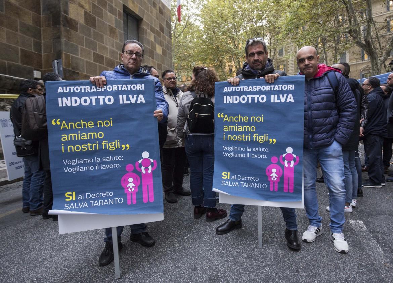Una protesta dei lavoratori  delle ditte d'appalto dell'ex Ilva