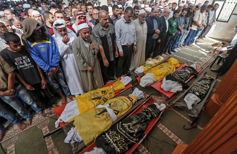 Gaza. Funerali di alcune delle vittime della famiglia Sawarkah