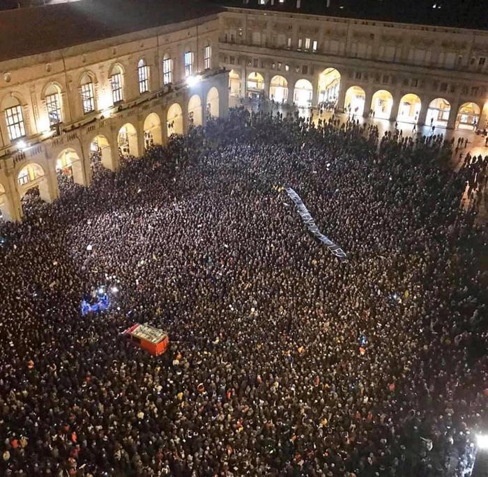 Piazza Maggiore strapiena, giovedì sera, per la manifestazione «L'Emilia-Romagna non si Lega» lanciata su Facebook