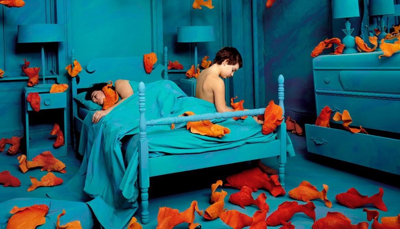 «La vendetta del pesce rosso», dalla mostra «Sandy Skoglund. Visioni Ibride» che si è svolta al Centro Italiano per la Fotografia di Torino