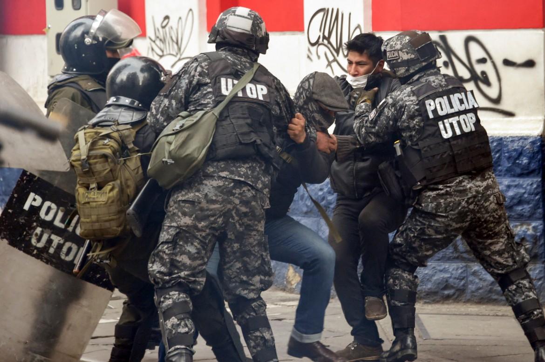 La polizia blocca dei manifestanti pro-Evo Morales a La Paz