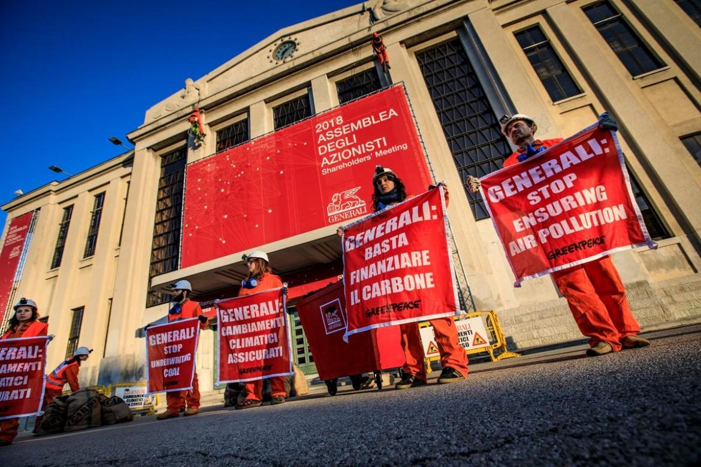 Una manifestazione a Trieste nel 2018 contro i finanziamenti a progetti legati al carbone