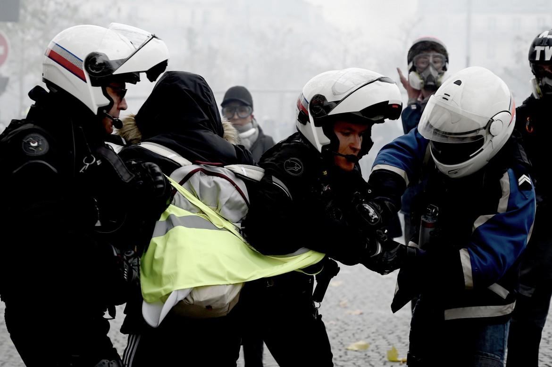 Parigi, un manifestante trascinato via dagli agenti durante gli scontri di ieri intorno a Place d'Italie