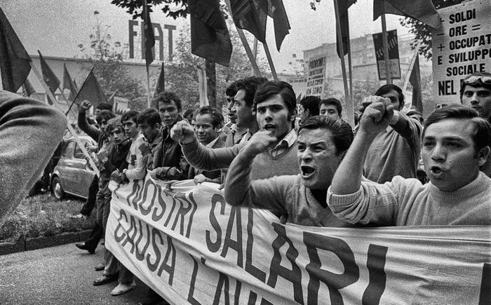1969, gli operai della Mirafiori in corso Unione Sovietica; in basso piazza San Carlo durante il comizio dei leader sindacali
