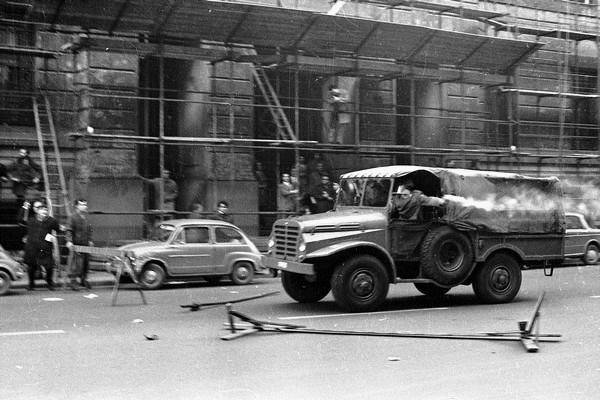 Il gippone della polizia durante la manifestazione dove morì Antonio Annarumma, 19 novembre 1969
