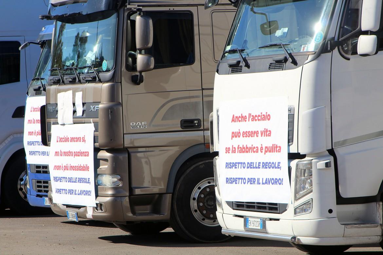 Taranto, la manifestazione dell'eziende dell'indotto e dell'autotrasporto
