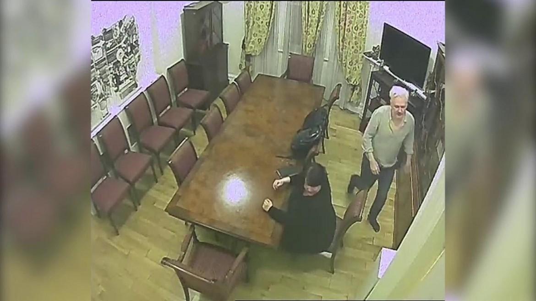 Un'immagine di Assange catturata dalle microcamere della Cia