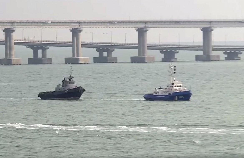 Una delle navi restituite, «scortata» da una nave russa