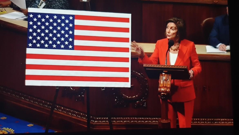 Nancy Pelosi durante la storica votazione