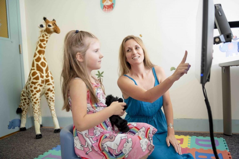 Jessica Cantlon e una bambina lavorano su un gioco matematico (credit: Carnegie Mellon University)