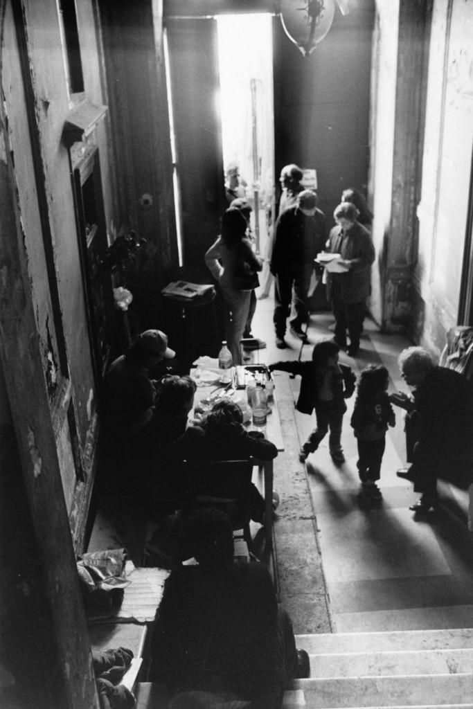 Un'ocupazione della casa a Roma foto di Orazio Castagna