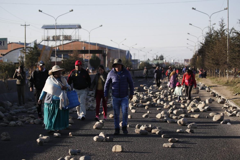 Il blocco stradaleche impedisce l'accesso delle autocisterne al deposito di carburante di Senkata, a El Alto