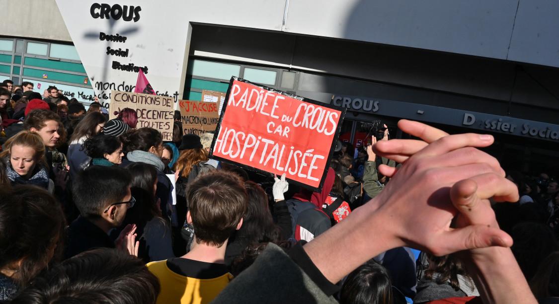 Manifestazione degli studenti davanti al palazzo del Crous a Lione