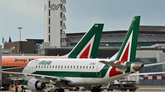 Due aerei Alitalia a terra