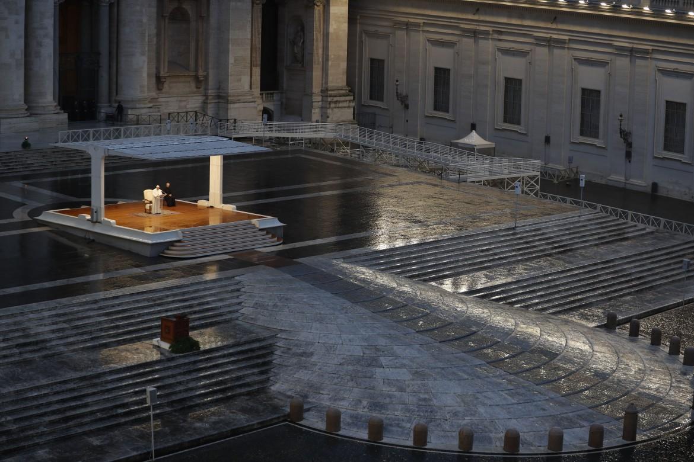 La benedizione Urbi et Orbi del papa in una Piazza San Pietro deserta