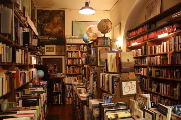 L'interno della Libreria del Viaggiatore