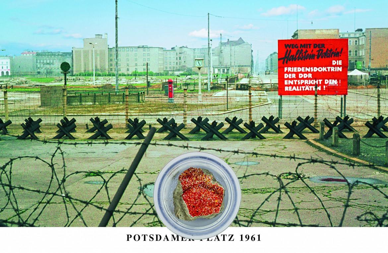 Cartolina con pezzo di muro; in basso la contestazione del 4 novembre 1989 ad Alexanderplatz