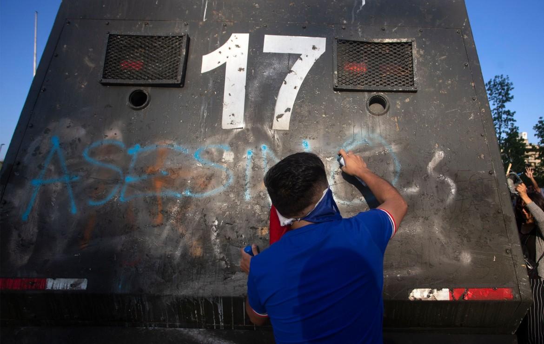 Santiago del Cile, 3 novembre, un manifestante scrive con la vernice spray