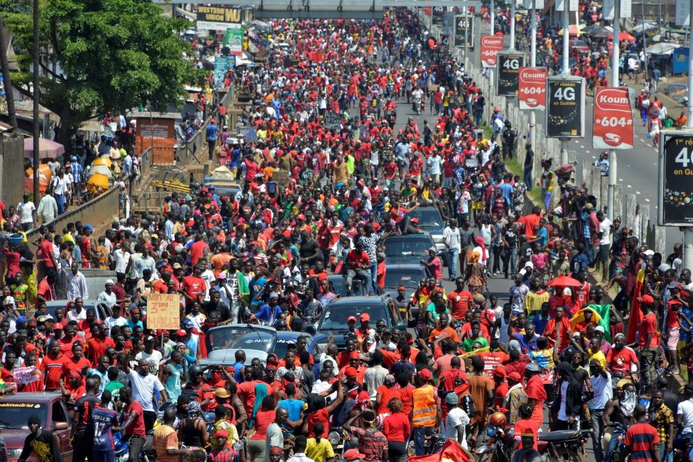 Conakry, 7 novembre, la folla radunata dal Fronte nazionale in difesa della Costituzione marcia verso lo stadio 28 Settembre