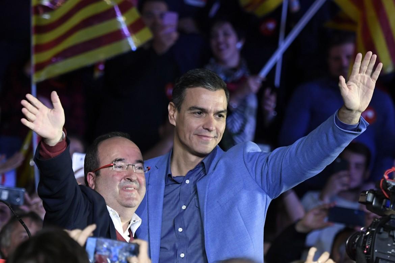 Sánchez chiude la campagna a Barcellona con il segretario dei socialisti catalani Miquel Iceta