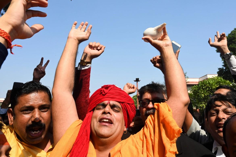 Il presidente di All India Hindu Mahasabha, Chakrapani Maharaj, festeggia il verdetto della Corte suprema