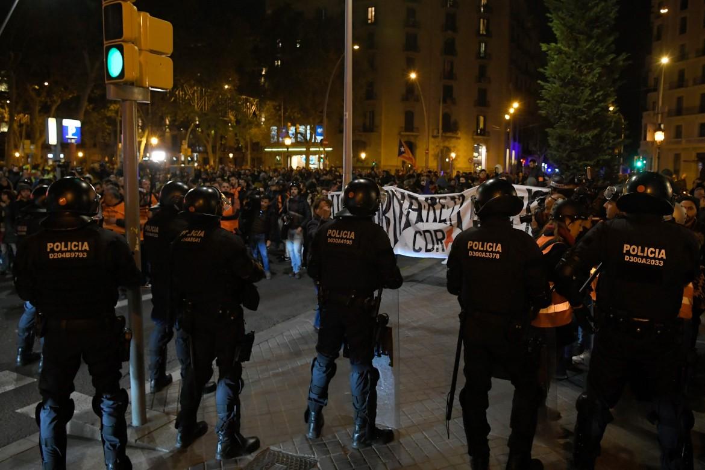 Barcellona, 9 novembre, la polizia fronteggia i dimostranti