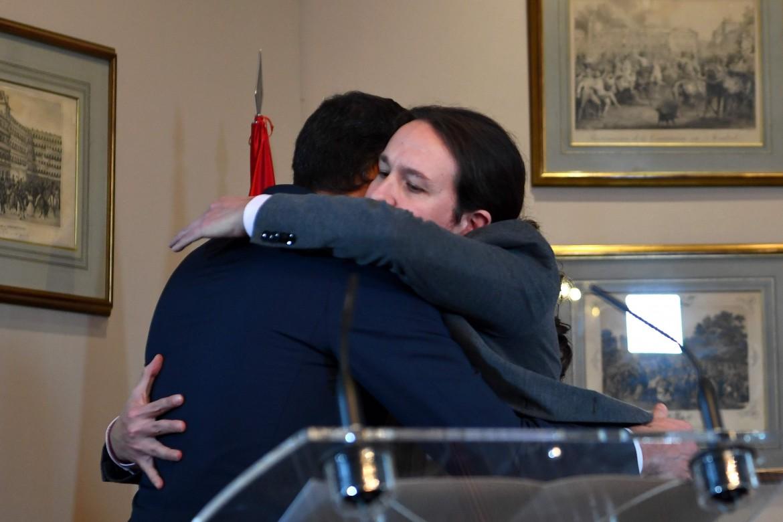L'abbraccio tra Pedro Sánchez e Pablo Iglesias