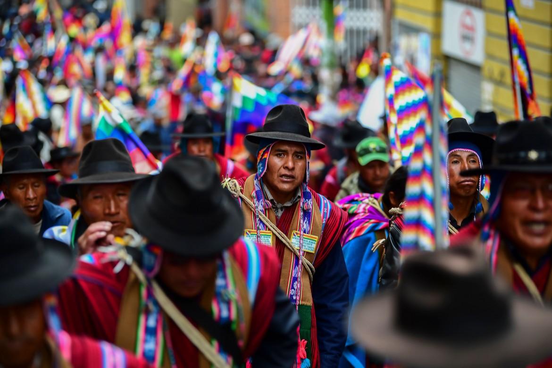 La Paz 14 novembre, manifestanti aymara di El Alto in corteo