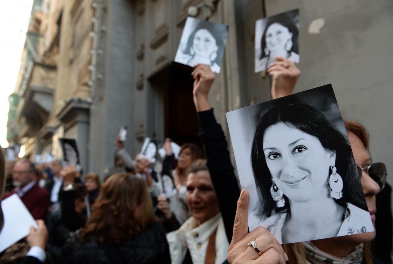 Fuori dalla chiesa che ha celebrato i funerali di Daphne Caruana Galizia
