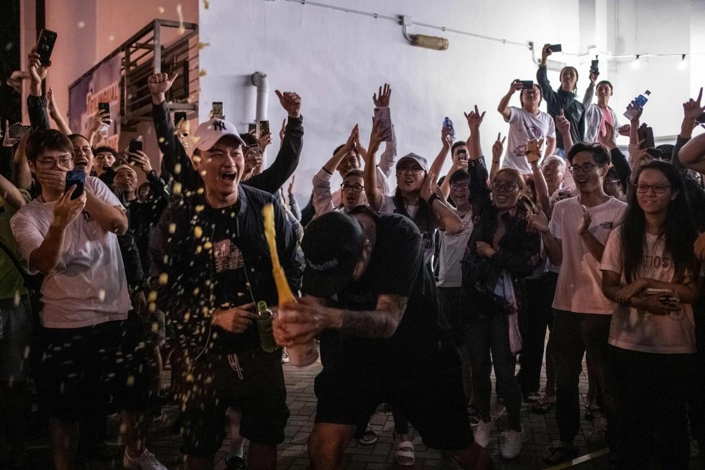 I festeggiamenti per la vittoria dei partiti pan-democratici a Hong Kong