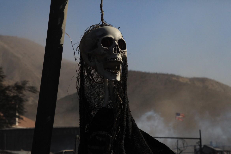 Una maschera di Halloween tra i resti di un incendio in California nel 2017