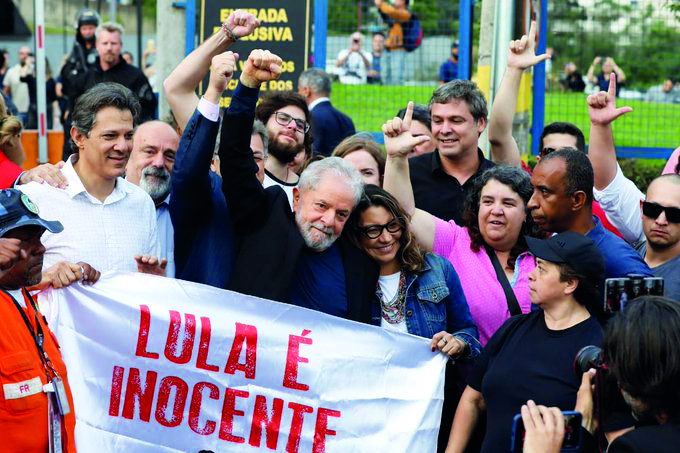 Lula tra la folla ad attendere la sua uscita dal carcere