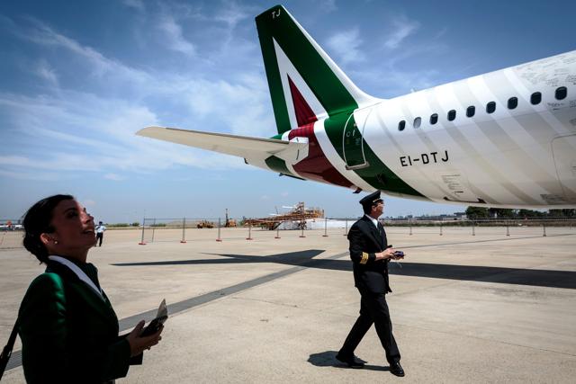 Un velivolo Alitalia con addetti a terra