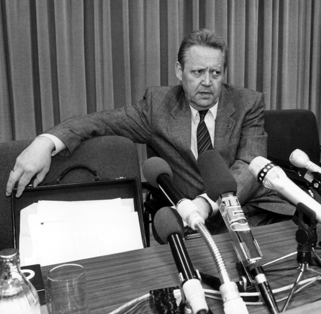 Günter Schabowski il 9 novembre 1989 nella sala del Centro stampa internazionale della Rdt