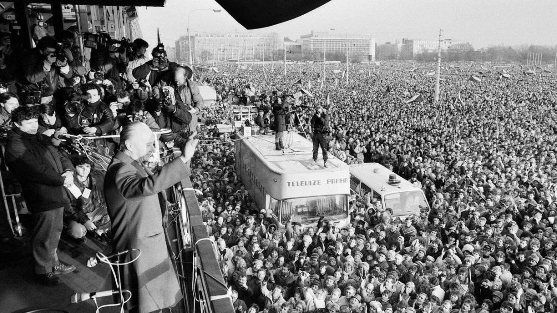 Praga, Alexander Dubcek saluta la manifestazione del novembre 1989