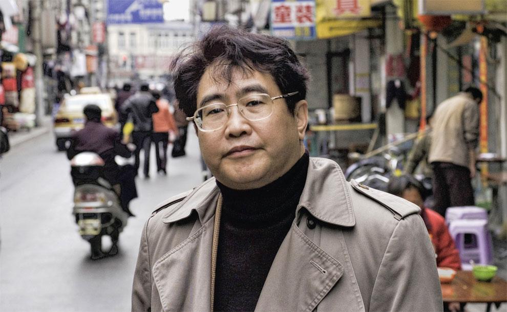 Qiu Xiaolong, scrittore cinese che vive e scrive in inglese da molti anni