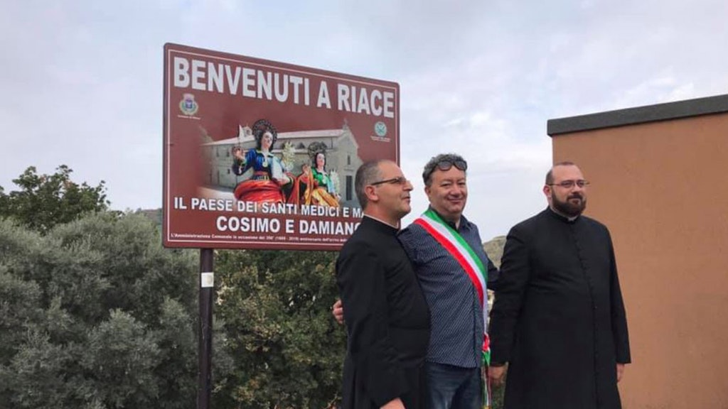 Rimosso il cartello «Paese dell'accoglienza», il sindaco leghista Antonio Trifoli inaugura quello nuovo