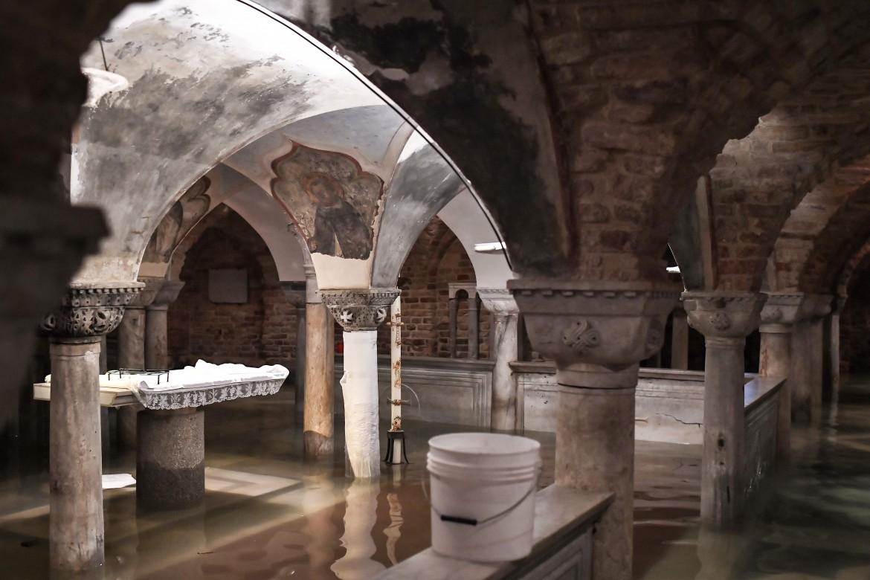 La cripta della basilica di San Marco, in basso i danni alla Fondazione Querini Stampalia di Venezia