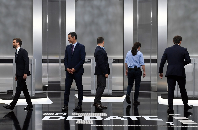Pablo Casado, Pedro Sánchez, di spalle Santiago Abascal (anche nella foto in basso), Pablo Iglesias e Albert Rivera, al «debate» tv di martedì sera
