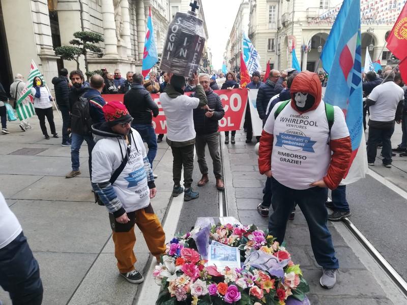 Il corteo dei lavoratori ex Embraco a Torino