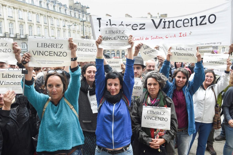 Manifestazione fuori dal tribunale di Rennes per la liberazione di Vincenzo Vecchi il 23 agosto 2019