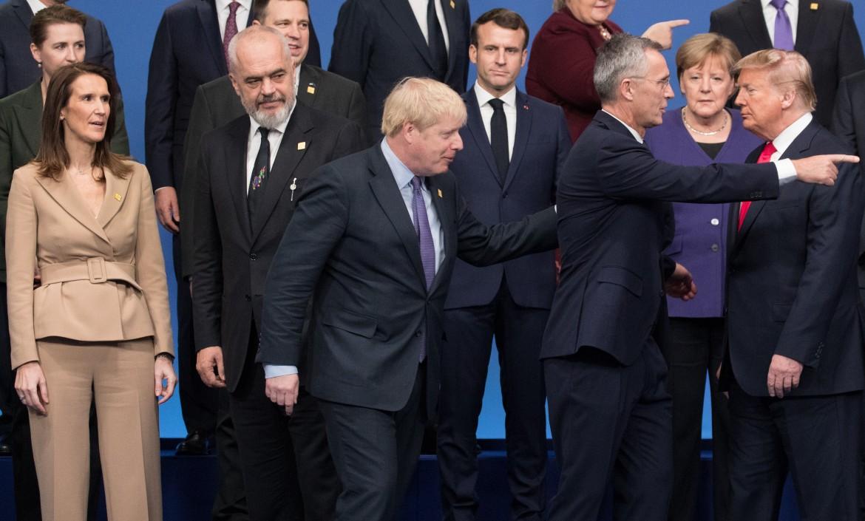 Anche le posizioni nella foto di gruppo sembrano costituire un problema per i leader al vertice Nato