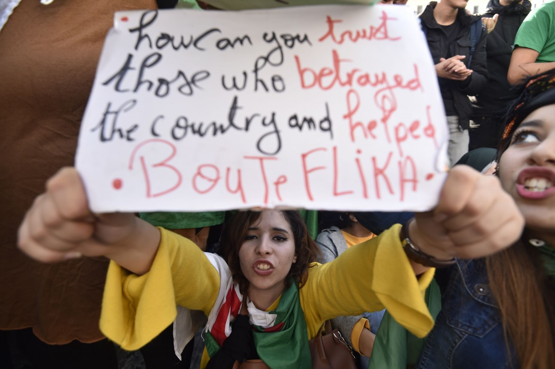 Una manifestante algerina