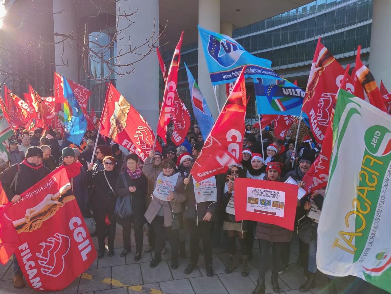 Il corteo dei lavoratori Auchan a Milano sotto la sede della Regione Lombardia