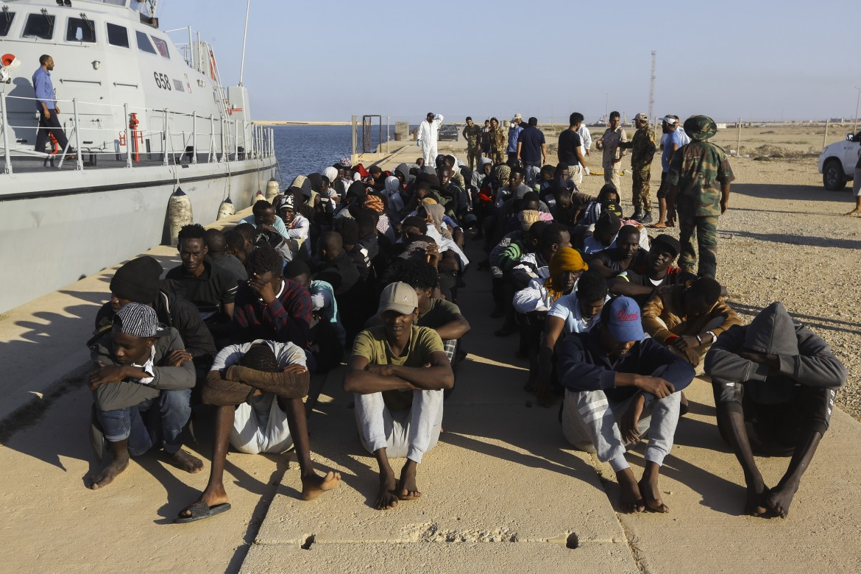 Migranti al porto di Tripoli