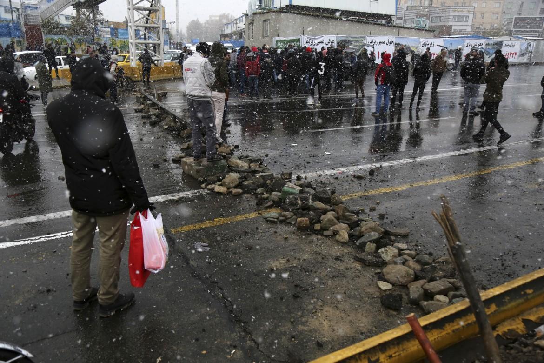 Teheran, un blocco stradale improvvisato dai dimostranti durante le proteste di metà novembre