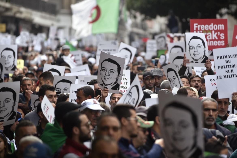 Il volto di Abane Radmane, eroe della guerra d'indipendenza, ieri al centro del corteo di Algeri