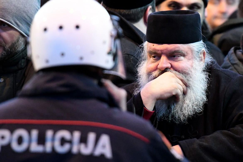 Podgorica, la protesta dei preti ortodossi serbi